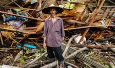 Un barbat poate fi vazut lânga ceea ce a mai ramas din casa sa, lovita de tsunami, Pandeglang, Indonezia, 24 decembrie 2018.