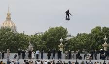 Un 'flyboard' a putut fi observat cu ocazia zilei nationale a Frantei. Cu o arma în mâna, Franky Zapata a zburat pe o platforma propulsata de cinci reactoare cu jeturi de aer.