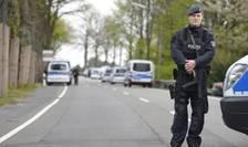 Un politist german in fata hotelului in care au fost cazati jucatorii de la Dortmund dupa exploziile survenite in apropierea autobuzului echipei