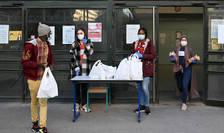 Distributie de alimente pentru studentii sàraci organizatà în fata campusului universitar din Marsilia, 17 noiembrie 2020.