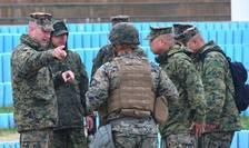 Militari americani si sud-coreeni în pline discutii cu ocazia unor exercitii comune la Pohang în aprilie 2017