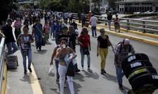 Podul Simon Bolivar de la frontiera dintre Columbia si Venezuela, trafic de venezueleni în cautare de aprovizionare
