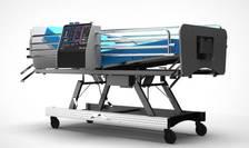 Ventilator medical montat pe pat de terapie intensivă