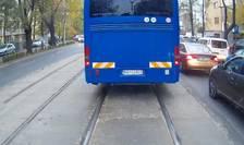 Momentul în care un autocar al Jandarmeriei taie calea unui tramvai, în Capitală (captură video)