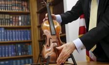 Vioara Stradivarius descoperită într-un hotel din Manhattan (Foto: Reuters/Shannon Stapleton)
