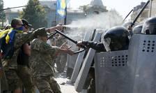 Ciocniri între manifestanţi şi forţele de ordine, la Kiev (Foto: Reuters/Valentyn Ogirenko)