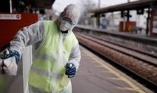Operaţiune de dezinfecţie într-o gară din regiunea pariziană.