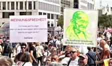 Sîmbătă s-a desfăşurat la Berlin una dintre cele mai mari demonstraţii îndreptate împotriva politicii sanitare a guvernului federal.