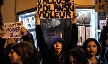 """Manifestante anti-Polanski în noiembrie anul trecut cînd a ieşit pe ecrane filmul """"J'accuse""""."""