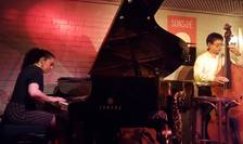 Ramona Horvath (pian) si Nicolas Rageau (contrabas) pe scena barului de jazz Sunside-Sunset din Paris
