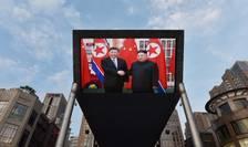 La Beijing, pe un ecran gigantic se retransmite sosirea lui Xi Jinping la Phenian, 20 iunie 2019