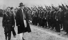 Corneliu Zelea Codreanu trece în revistă o gardă formată din legionari