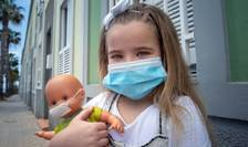 Copil cu mască