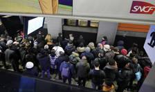 Peroanele din statiile de tren ori RER sunt arhipline de oameni înca de la primele ore ale diminetii,10 decembrie 2019. O greva ce afecteaza cele mai diverse sectoare de activitate a debutat pe 5 decembrie.