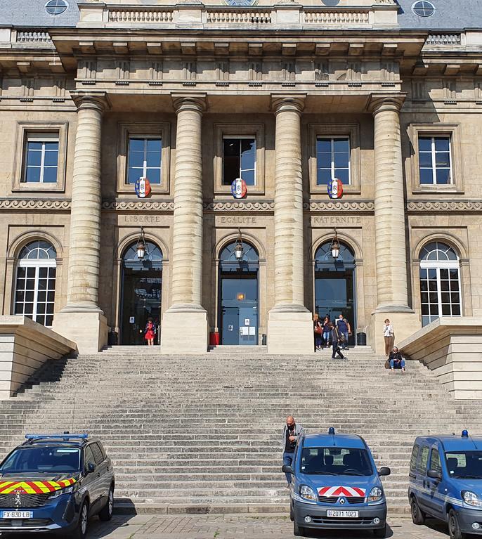 Masini ale fortelor de ordine prepozitionate déjà în fata Palatului de Justitie cu o sàptàmânà înainte de debutul procesului atentatelor din 13 noiembrie 2015.