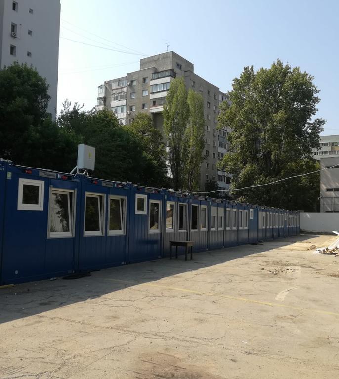 Containere pentru elevi, la școala 197 din București (Foto: RFI/Cosmin Ruscior)