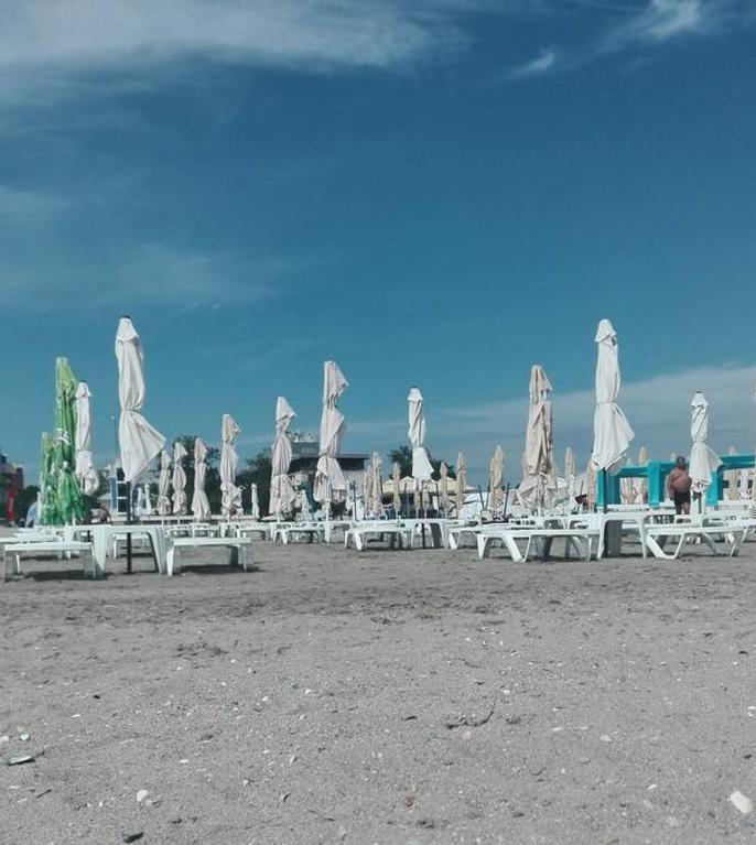 Șezlonguri pe o plajă din Mamaia, 2020-arhivă (Foto: RFI/Cosmin Ruscior)