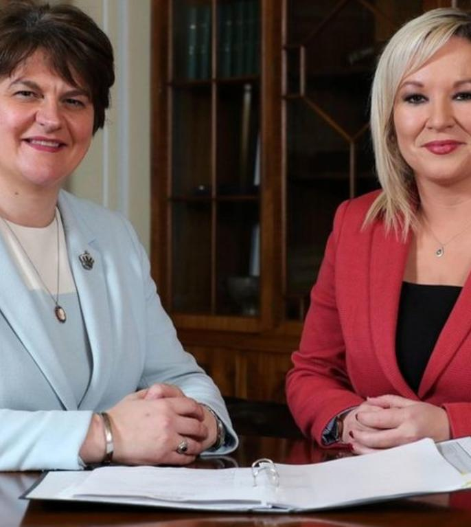 Arlene Foster (stânga) și Michelle O'Neill