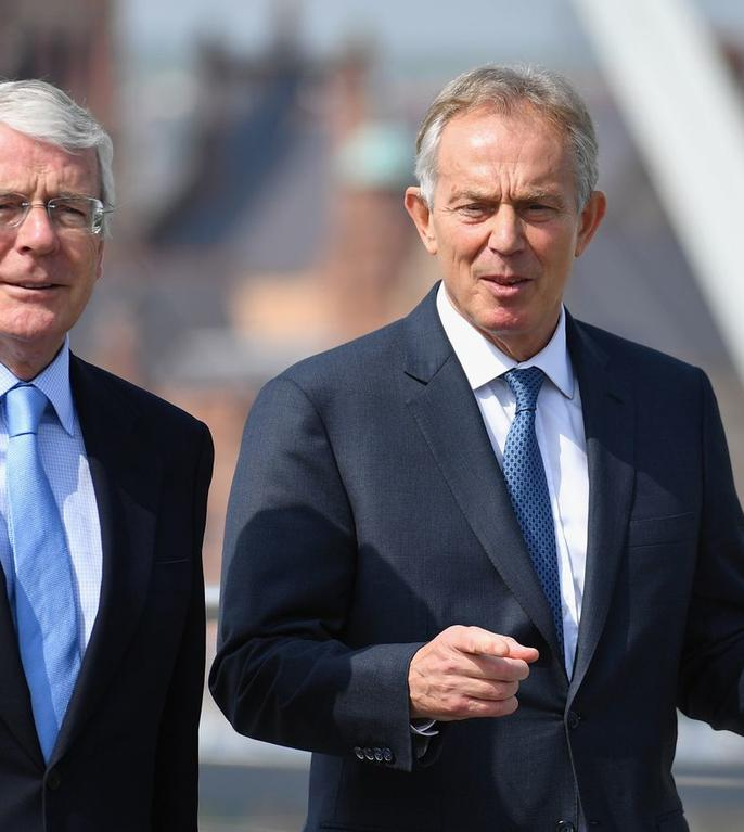 John Major (stânga) și Tony Blair