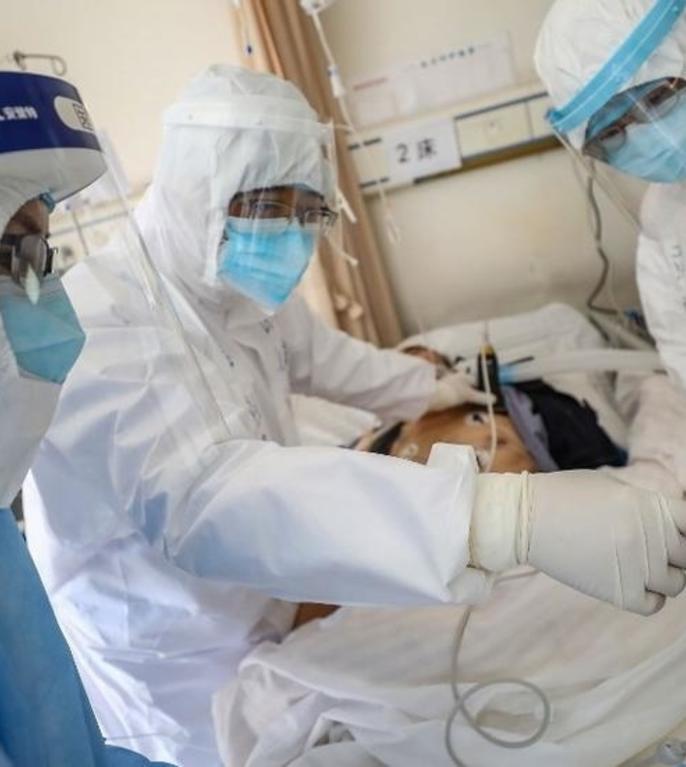 Medici lucreaza în spitalul Crucii Rosii din Wuhan, 16 februarie 2020.
