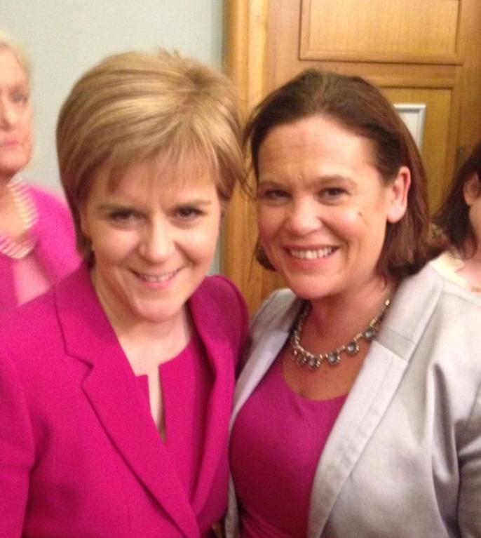Nicola Sturgeon (stânga) și Mary Lou McDonald