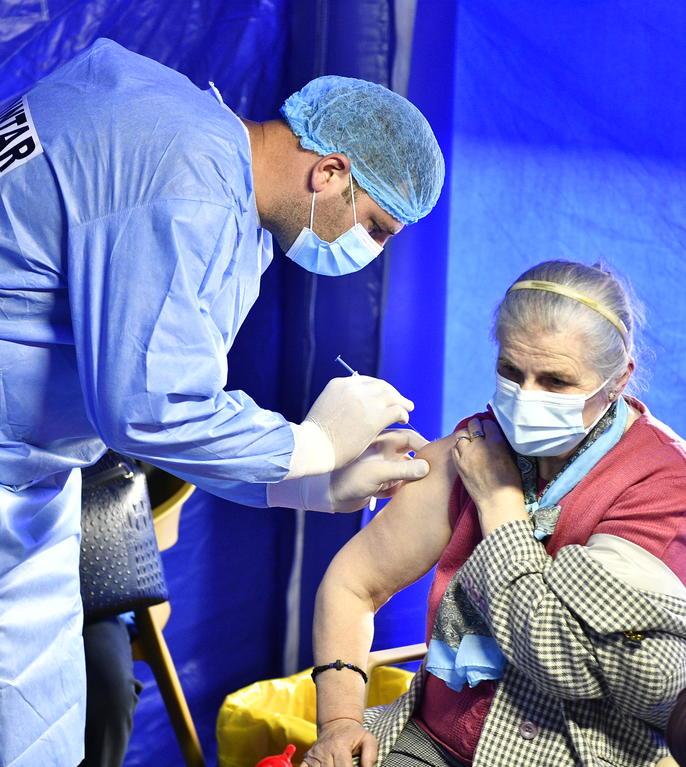 O persoană este vaccinată la Drobeta-Turnu Severin (Sursa: MEDIAFAX FOTO/Justinel Stavaru)