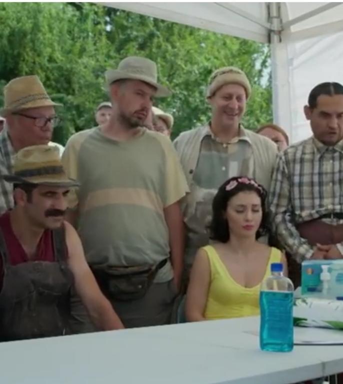 Scenă din serialul Las Fierbinți, în care medicul încearcă să convingă sătenii să se vaccineze anti-Covid (captură video)