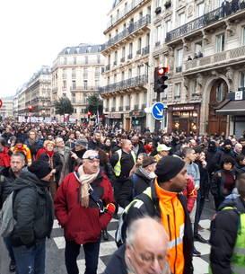 Ministerul de Interne spune cà au iesit 452.000 de oameni în stradà joi. Sindicatul CGT a contabilizat 1,7 milioane de protestatari.