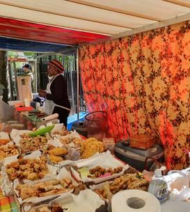 Tarabà de produse africano-antileze în piata din squarul Anvers din Paris