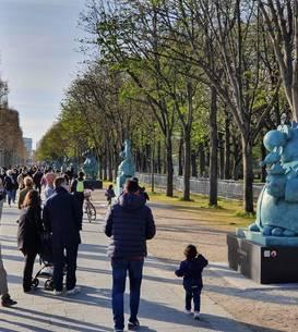 Profitând de vremea frumoasà si statuile impresionante expuse pe Champs-Elysées, parizienii au venit în masà ca sà vadà expozitia cu operele belgianului Philippe Geluck.