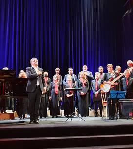 Ansamblul vocal Crescendo condus de dirijorul Christian Ciucà, pe scena Sàlii Bizantine, 21 septembrie 2021.