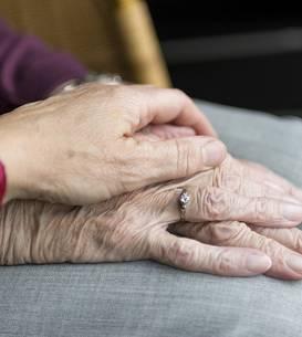 Granița fină dintre pensionarii săraci, dar care au lucrat zeci de ani, și asistații sociali