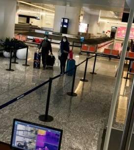 Putinà lume pe aeroportul din Wuhan unde pasagerilor care sosesc li se ia temperatura prin scanner, 23 ianuarie 2020