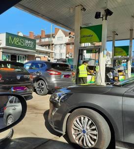 Coadă la o benzinărie din nordul Londrei