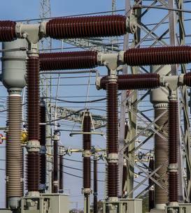 Izolatori electrici intr-o statie de coborare a tensiunii de la tensiunea de transport interurban la tensiunea de transport urban
