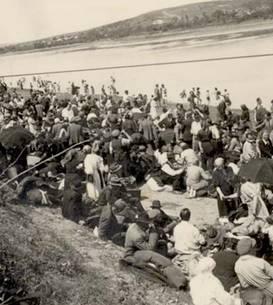 Evrei deportați pe malul Nistrului așteptând să fie trecuți în Transnistria