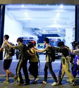 Studenti evacuati de politie din incinta universitàtii politehnice din Hong Kong, 18 noiembrie 2019