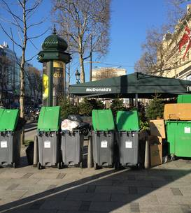 Tomberoane de gunoi necolectate pe celebra Avenue des Champs-Elysées