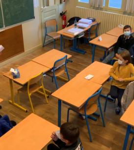 În sala de curs de la scoala 'Jules Vallès' din Le Blanc-Mesnil, profesorul Alexandru Mardale preda elevilor cursul de Limba, Cultura si Civilizatie româneasca, 6 octombrie 2021.