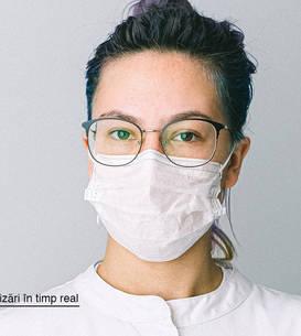 Doctorita cu halat si masca de protecție