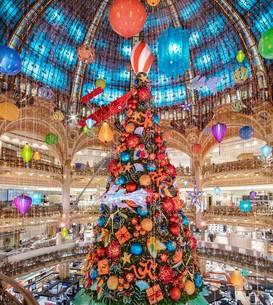 Interiorul Galeriilor Lafayette Paris este decorat deja pentru Craciun. Bradul a fost inaugurat, la fel si celebrele vitrine ce atrag anual mii de curiosi. Magazinul este închis în acest moment, din cauza carantinei.
