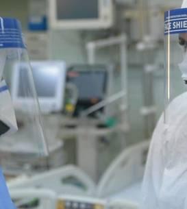 """Două asistente de la pavilionul COVID 19 al Institutului de Pneumoftiziologie """"Marius Nasta"""", din București, discută despre starea pacienților la schimbul de tură."""