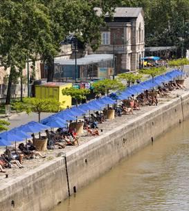 Oameni pot fi vazuti la Paris Plage 2021, pe cheiurile Senei.