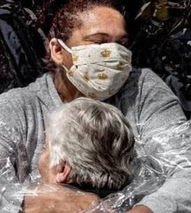 Prestigiosul premiu World Press Photo 2021 este acordat acestei fotografii realizate de danezul Mads Nissen în plina pandemie de Covid-19, în Brazilia.