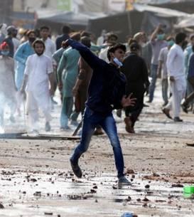 Proteste de strada au loc de câteva zile în mai multe orase din Pakistan - confruntari au loc între partizanii unui partid islamist si fortele guvernamentale, 13 aprilie 2021.