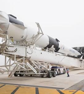 Racheta Falcon 9 si capsula Crew Dragon au fost ambele realizate de firma SpaceX