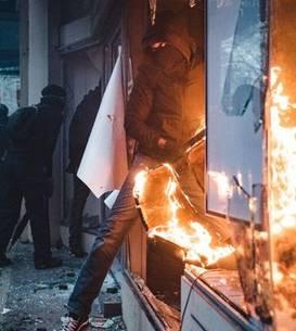 Sustinatori ai ideologiei de ultra-stânga, prezenti la o manifestatie din Paris, decembrie 2020.