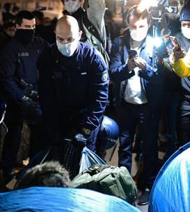 Politisti evacueazà corturile migrantilor din Place de la République din Paris, 23 noiembrie 2020.