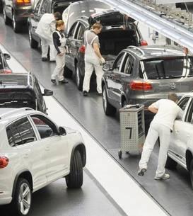 Un lant de montaj în uzina Volkswagen din Wolfsburg.