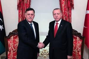 Seful guvernului de Uniune naţională din Libia, Fayez el-Sarraj, şi preşedintele Turciei, Recep Tayyip Erdogan, Istanbul, 27 noiembrie 2019.